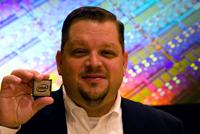 Boyd Davis z Intela prezentuje najnowszy serwerowy procesor Intel Xeon 5600.