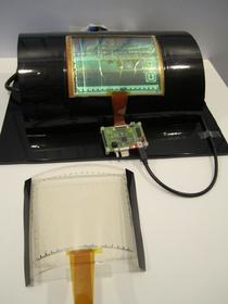 Uniesienie 30-mikrometrowego wyświetlacza było nie lada problemem. Badacze posłużyli się technologią