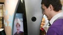 Budka z komunikatorem Skype na lotnisku w Tallinnie (Estonia).
