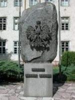 Wyższa Szkoła Policji -  głaz z nazwą szkoły (fot. www.wspol.edu.pl)