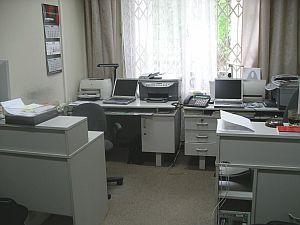 Pracujemy co najwyżej po dwie osoby w pokoju. Ja pracuję sam. Hałas i harmider w tej pracy przeszkadzają. Na jednej wielkiej sali może być stanowisko dowodzenia ruchem, ale hala nie jest rozwiązaniem tam, gdzie się dokonuje analizy zawartości dysków komputerowych.