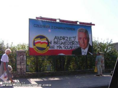 Dużym zainteresowaniem w sieci cieszą się zdjęcia poprzerabianych plakatów polityków