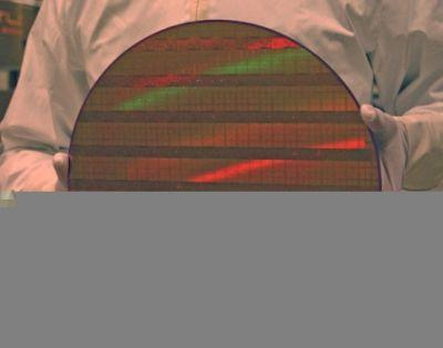 Inżynier Intela prezentuje wafel krzemowy z układami wykonanymi w technologii 45nm