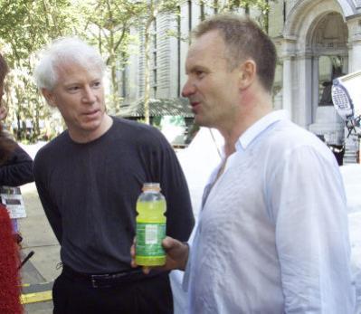 Jim Allchin (z lewej) podczas nieoficjalnego spotkania ze Stingiem w trakcie premiery Windows XP