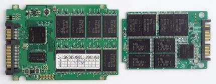 Dyski SSD od środka. Na zdjęciu widoczne moduły pamięci flash