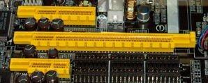 Gniazda PCIe (od góry: x4 , x16 i x1)