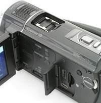 W kamerach wideo HD złącza HDMI to standard. Tym złączem możesz w prosty sposób połączyć kamerę z nowoczesnym telewizorem. Dane przegrasz do peceta złączem USB lub bezpośrednio z karty pamięci umieszczonej w odpowiednim czytniku.