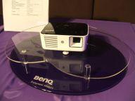 Kieszonkowy projektor LED BenQ Joybee GP1 Mini - tradycyjna lampa zastąpiona diodami świecącymi.