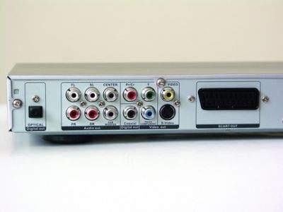 Manta wyposażona jest dobrze w wyjścia audio-wideo. Znajdziecie tu wyjście komponentowe z progresywnym skanowaniem, Euroscart oraz analogowe wyjście 5.1 (dekodera DTS nie ma jednak na wyposażeniu)