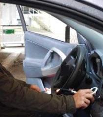 Jeden z naukowców demonstruje jak z pomocą anteny wzmacniającej sygnał kluczyka oszukuje samochodowe zabezpieczenia. (źródło: technologyreview.com)