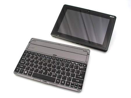 Acer Iconia Tab W501 składa się z dwóch części tabletu i klawiatury pełniącej funkcję stacji dokującej.