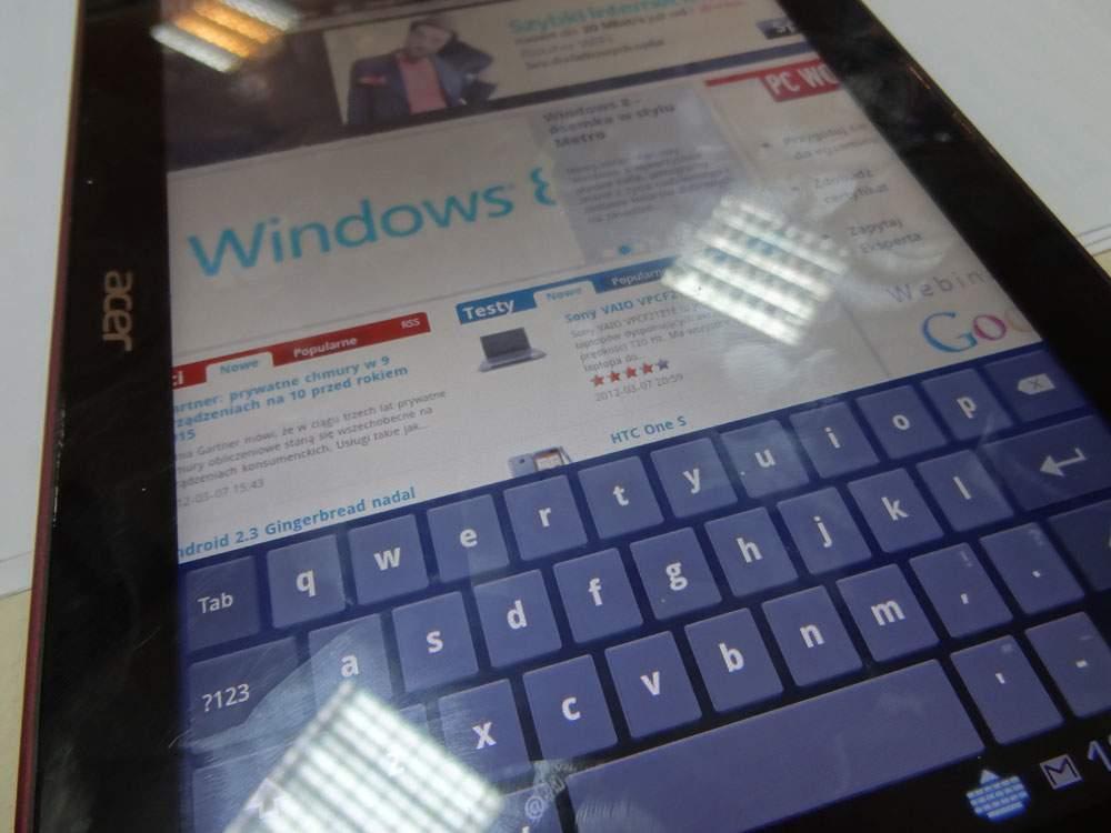 Acer Iconia Tab A200 - ekran jest świetny, ale podobnie jak w pozostałych tabletach na błyszczącej szybie powstają denerwujące refleksy świetlne.