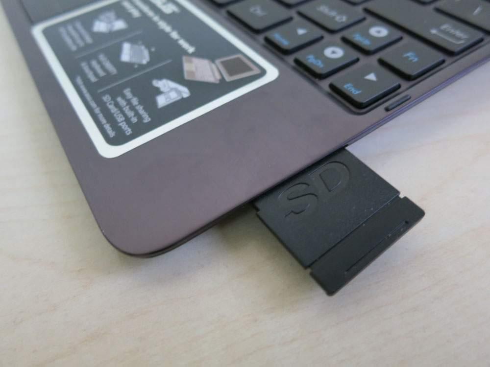 Asus Transformer Prime TF201 - czytnik kart SD wbudowany w klawiaturę.