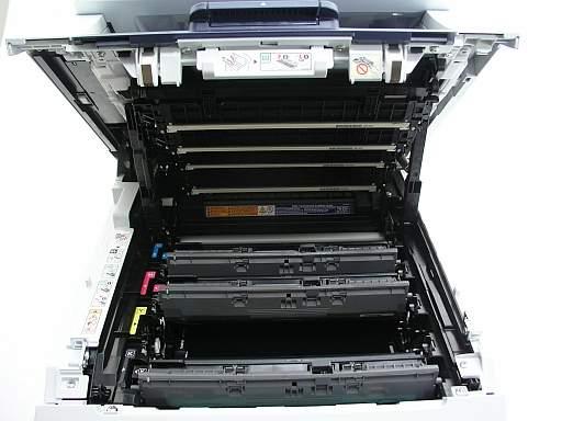 Tradycyjna drukarka LED-owa. Na górze widać czery listwy LED-owe, które wchodzą poiędzy naboje widoczne poniej. Papier przesuwa się poziomo.