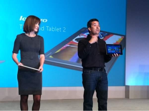 Julie Larson-Green prezentuje Acera Aspire S7, natomiast Mike Angiulo trzyma w rękach tablet Lenovo