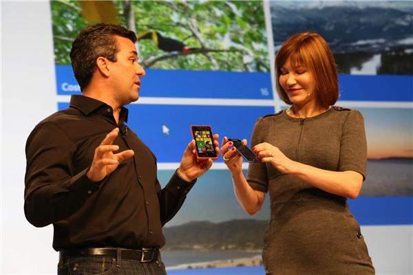 Mike Angiulo i Julie Larson-Green prezentują smartfony z Windows Phone 8