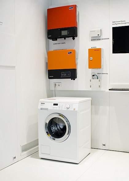Rzut oka na piwnicę inteligentnego domu ukazuje różne urządzenia sterujące – na zdjęciu widać przykładową instalację przedstawioną na zeszłorocznych międzynarodowych targach elektroniki użytkowej w Berlinie.