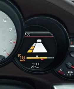 Sensor radarowy w samochodach Porsche monitoruje obszar przed pojazdem w zasięgu maksymalnie 200 metrów.  (źródło: Porsche)