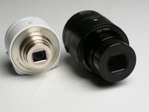 """""""bezkorpusowce"""" Sony z serii QX (po lewej QX-10, po prawej QX-100). W tubusie obiektywu znajduje się nie tylko optyka, ale także matryca, bateria i cała niezbędna elektronika łącznie z modułem WiFi służącym do komunikacji ze smartfonem."""