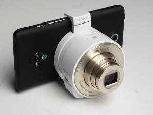 """Sposób montażu obiektywu """"bezkorpusowca"""" na smartfonie. Aparaty QX działają nie tylko z telefonami Sony - można je podłączyć także do smartfonów innych producentów."""