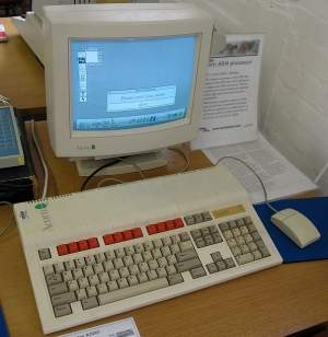 Acorn Archimedes był jednym z pierwszych komputerów o stosunkowo przystępnej cenie wyposażonych w 32-bitowy procesor w postaci ARM2. Częstotliwość taktowania na poziomie 8 MHz i pamięć o pojemności 1 MB zapewniały imponującą jak na lata osiemdziesiąte wydajność.