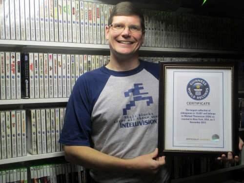 Michael Thomasson z certyfikatem poświadczającym, że jest właścicielem największej kolekcji gier na świecie