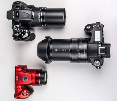 Porównanie wielkości wybranych superzoomów: Nikon Coolpix P600, 'jednocalowiec' Sony RX10 oraz filigranowy Canon PowerShot SX400 IS