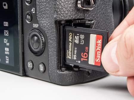 Wszystkie aparaty testowaliśmy na najwydajniejszej karcie jaką mieliśmy dotąd w labie - SD SanDisk Extreme Pro (model SDSDXPA-016G-X46) o prędkości zapisu 90 MB/s i odczytu 95 MB/s