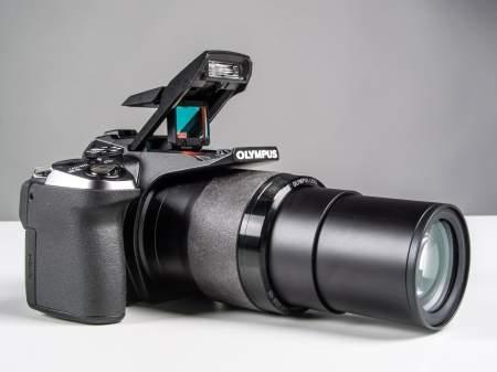 Olympus SP-100EE z wysuniętym obiektywem (zoom 50x).