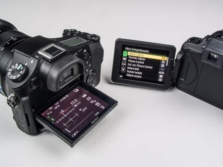 Różne rodzaje odchylanych ekranów - po lewej panel LCD Sony RX10, który można odchylać w górę i w dół. Po prawej ekran Coolpixa P600 umieszczony na bocznym przegubie.