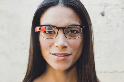 Wyświetlacz w Google Glass znajduje się w prawym górnym rogu pola widzenia użytkownika