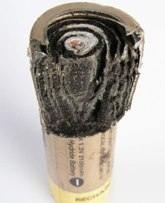 Ogniwo typu Ni-MH osobiście rozprute przez autora artykułu. W trosce w Wasze zdrowie zalecamy akumulatorów nie demontować i nie czynić eksperymentów z przegrzewaniem ogniw czy zwieraniem styków. Skutki mogą być niebezpieczne.