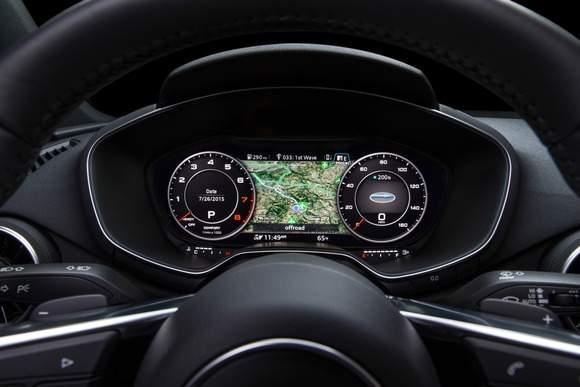 Audi TT: wirtualny kokpit w trybie klasycznym. Po bokach wkaźniki w rozmiarze zbliżonym do analogowych, w środku mapa.