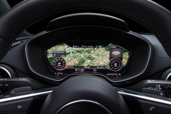 """Audi TT: wirtualny kokpit w trybie """"Infotainment"""" mającym prezentować przede wszystkim nawigację. Wskaźniki są znacznie mniejsze niż w przypadku trybu klasycznego."""
