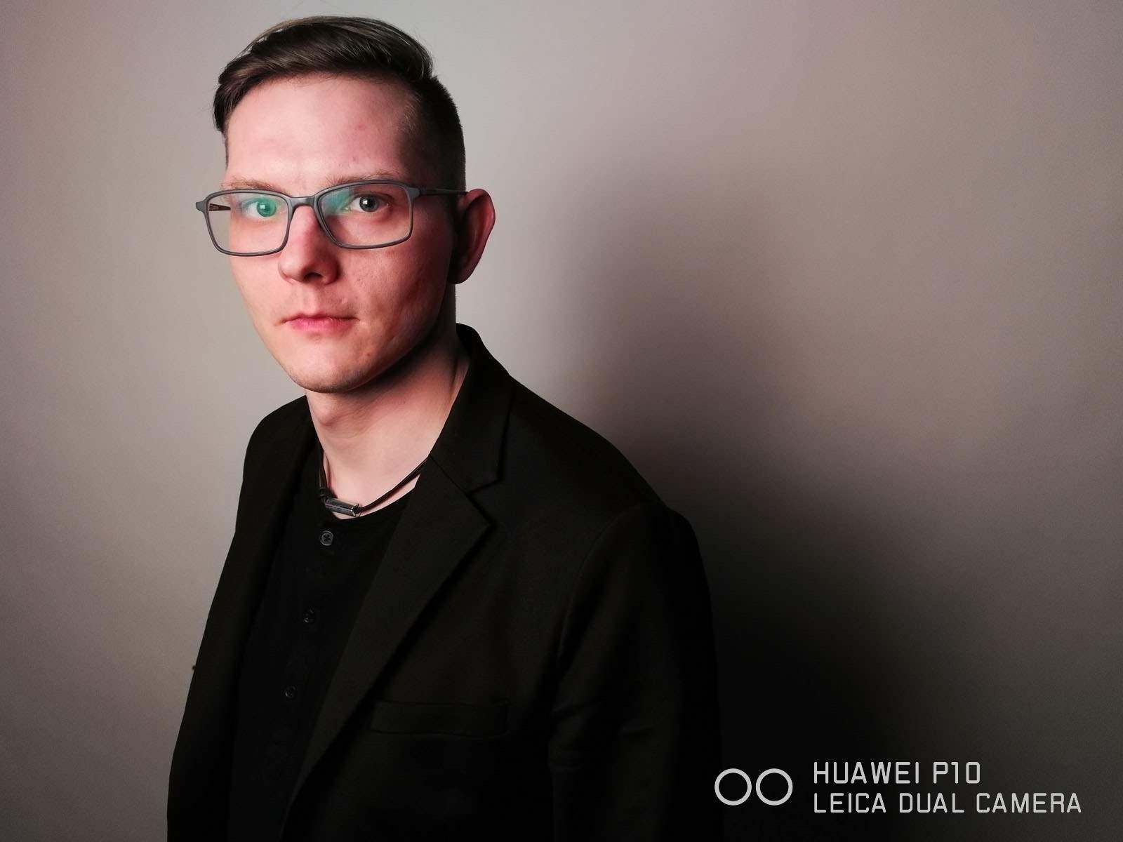 Jacek Poremba sfotografował Bartłomieja Kossakowskiego z naszej redakcji, korzystając z telefonu Huawei P10
