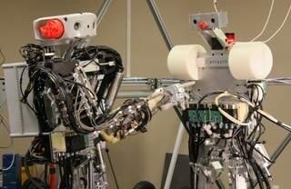 Dexter to pierwszy robot, który porusza się na dwóch nogach i aktywnie balansuje ciałem, utrzymując równowagę.
