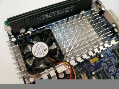 Duży radiator z niewielkim i bardzo cichym wentylatorem chłodzą newralgiczne komponenty płyty - chipset i procesor C7