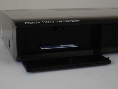 Pod odchylaną przednią klapką mieści się karta dostępu warunkowego n-ki. Niestety operator nie przewiduje sprzedaży jej samodzielnie, tak aby można ją wykorzystać w dekoderach HDTV innych producentów.