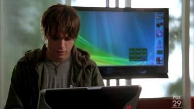 Haker i włamywacz John Connor nie zauważa, że wszyscy mogą obserwować, co robi (źródło: WithinWindows)