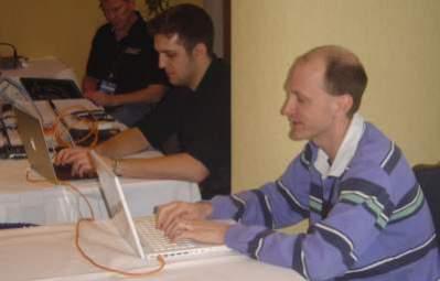 Charlie Miller (na pierwszym planie) podczas uruchamiania złośliwego kodu w Mac Booku Air (fot. oficjalny blog TippingPoint)